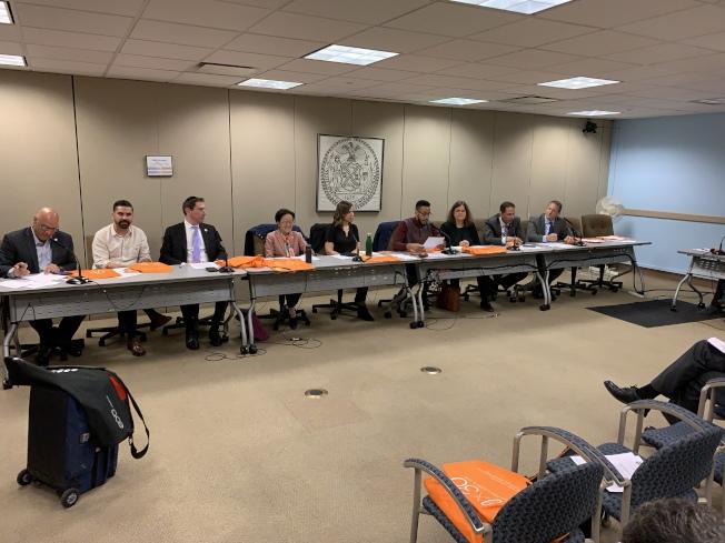市議會清潔和固體廢物管理委員會16日召開公聽會,就市議員陳倩雯等提出對所有一次性紙袋收費的法案聽取公眾意見。(記者和釗宇/攝影)