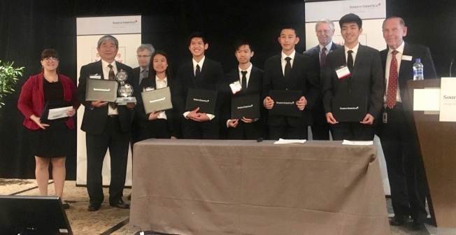 劉正信教授(左二)帶領鑽石吧高中和羅蘭高中華裔生,獲得美國資源助殘設計挑戰賽第五名,獲得大會表彰。(洛州大工學院劉正信教授提供)