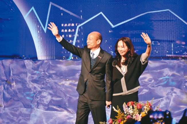 高雄市長韓國瑜(左)與夫人李佳芬在演講結束後向僑胞揮手道別。(記者黃少華╱攝影)