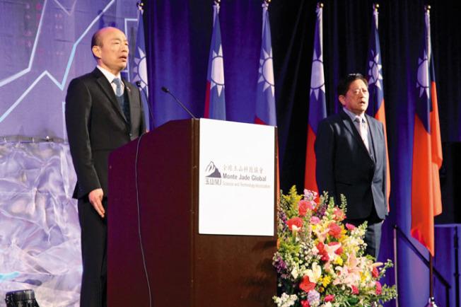 韓國瑜(左)帶唱國歌,右為陳鈞亞。(記者李榮╱攝影)