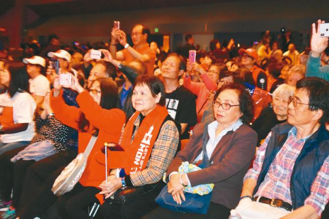 現場觀眾用手機記錄韓國瑜演講的每一個時刻。(記者黃少華╱攝影)