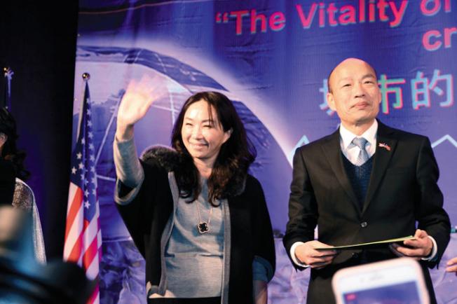 李佳芬(左)也在演講會中短暫致詞。(記者李榮╱攝影)