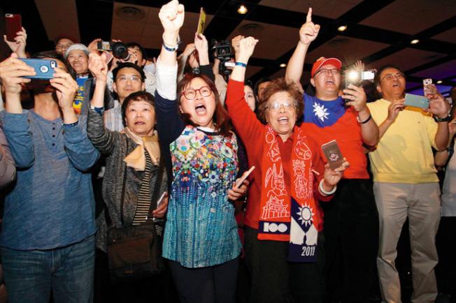 很多僑胞高喊「韓國瑜、選總統」。(記者李榮╱攝影)