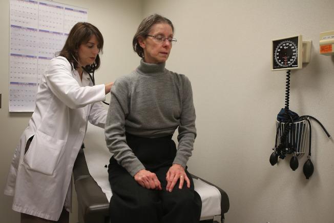 美國人有很多經濟憂慮,但最大的擔憂還是醫療費。(Getty Images)