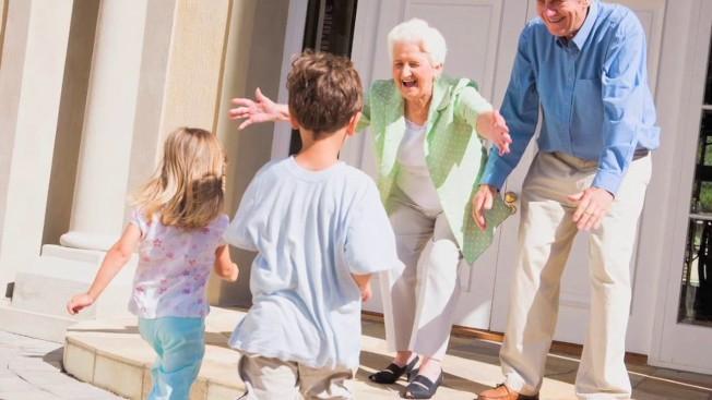 美國7000萬阿公阿嬤每年平均花2652美元造福孫輩,總額達到1790億美元。(取自YouTube)