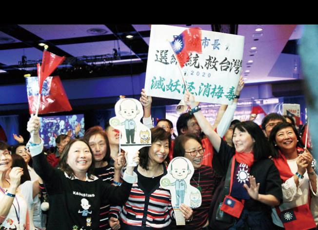 自己歡迎還不夠,很多僑胞有備而來,帶了標語歡迎韓國瑜。(記者李榮╱攝影)