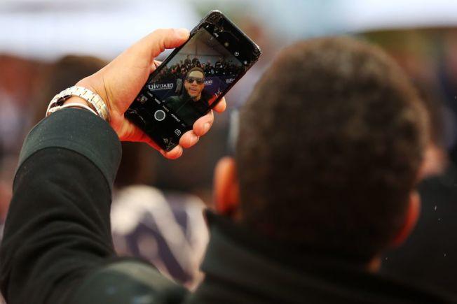 手機螢幕散發藍光會影響人體睡眠荷爾蒙褪黑素。(Getty Images)