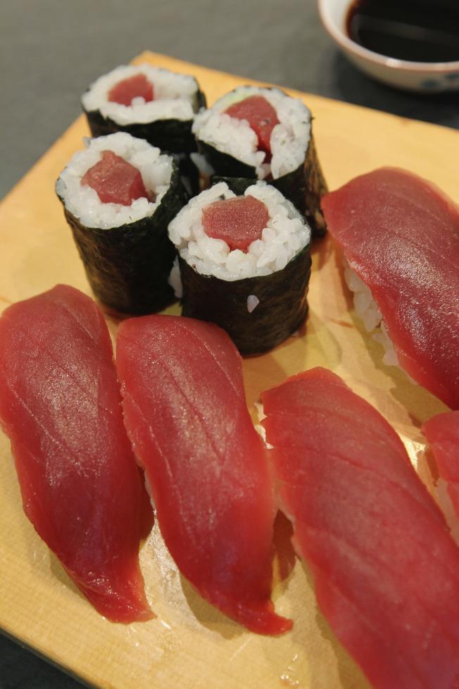 政府正在調查與冷凍鮪魚有關的沙門氏菌感染疫情,並建議消費者點食生魚壽司時,需多加小心。(Getty Images)