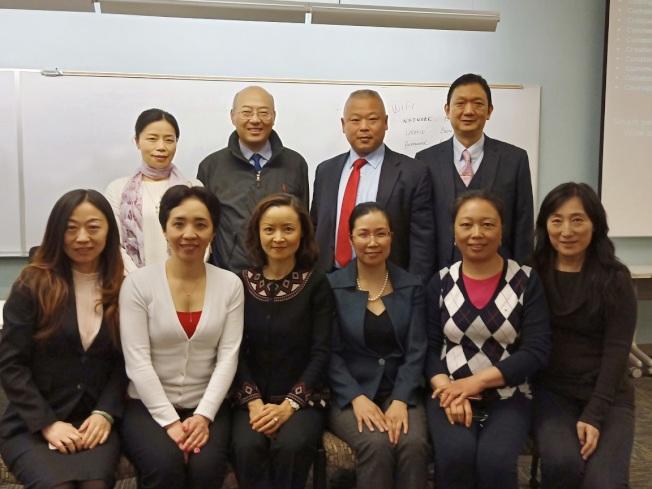 科工專會長肖小林(前左三)感謝主講員及其他與會者,熱情參與「未來職業選擇研討會」。(科工專提供)