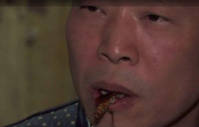 李兵才熱中於找當地餐廳合作,把蟑螂變成佳餚。(視頻截圖)