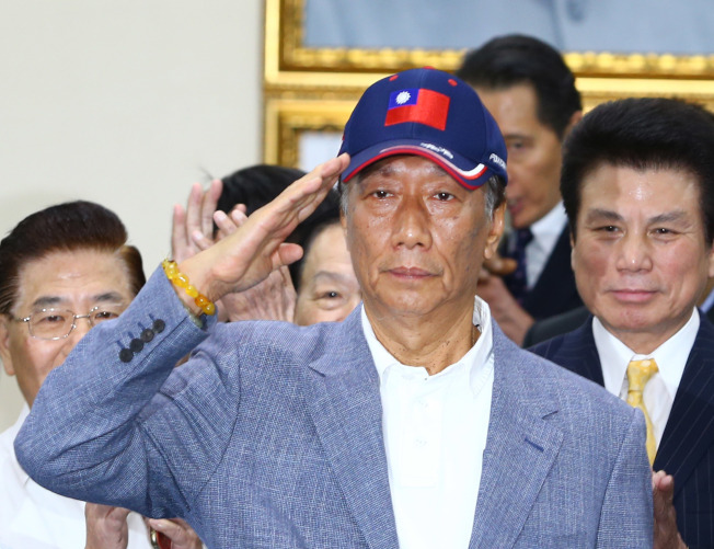 鴻海董事長郭台銘(中)應邀出席中常會接受國民黨致贈榮譽狀,並宣布參加國民黨初選。(記者陳柏亨/攝影)