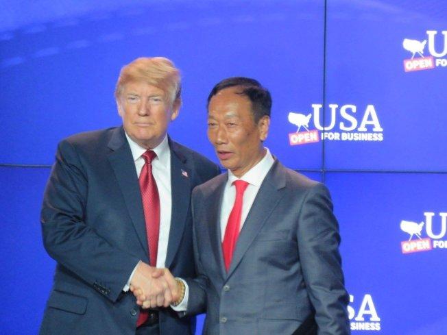 川普總統(左)與鴻海董事長郭台銘昔日合影。(記者張加/攝影)