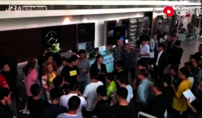 大批車主17日聚集西安利之星要求退費。(視頻截圖)