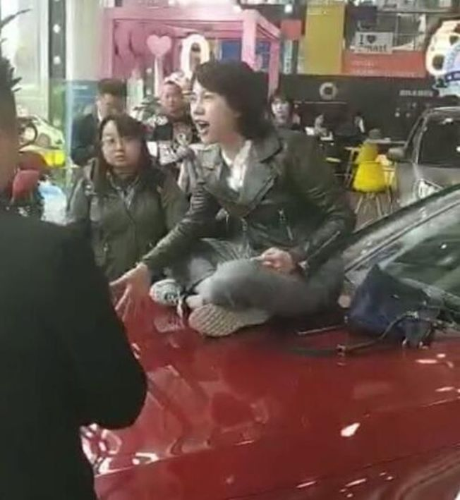 奔馳女車主維權事件雖落幕,網路卻傳出她收「200萬封口費」,但遭到當事人否認。(視頻截圖)