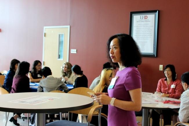 俞鴻燕在Speed Mentoring活動中主持五組圓桌會議討論。(記者盧淑君/攝影)