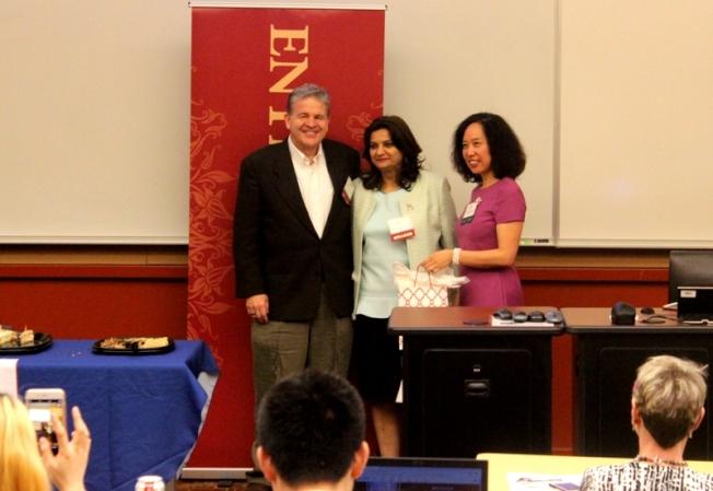 休士頓大學戴維斯商學院院長Charles Gengler(左),Faiza Khoja和俞鴻燕在活動中合影。(記者盧淑君/攝影)