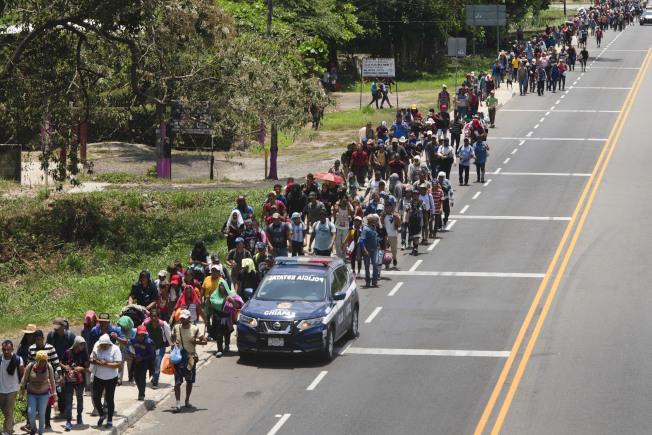 5000名中美洲移民15日動身前往美國。圖為移民沿著墨西哥公路向美國邊界行進 。(美聯社)