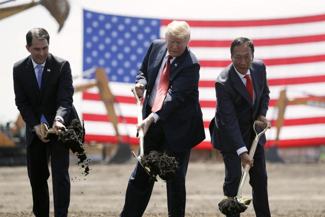 富士康宣布在威斯康辛州設新工廠,2018年6月破土動工,圖左起時任威州州長沃克、川普總統及郭台銘。(美聯社)
