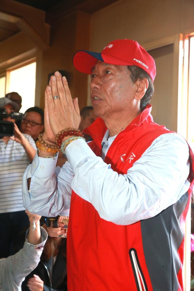 鴻海董事長郭台銘鬆口有意參與2020年總統選舉,並先前往板橋慈惠宮參拜媽祖。(記者黃義書/攝影)