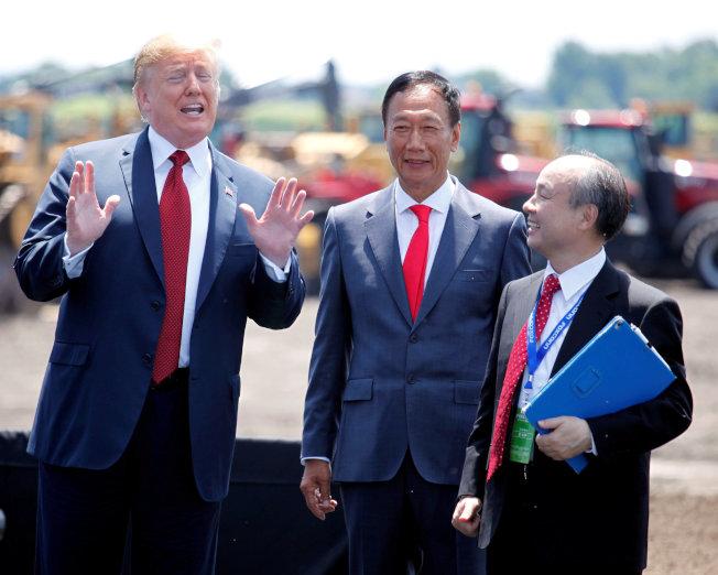 富士康宣布在威斯康辛州設新工廠,圖左起川普總統、郭台銘及日本軟體銀行孫正義。(路透)