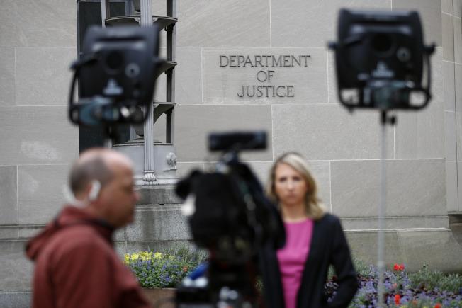 美國各界等著看穆勒報告,圖為電視媒體在司法部外面嚴陣以待。(美聯社)