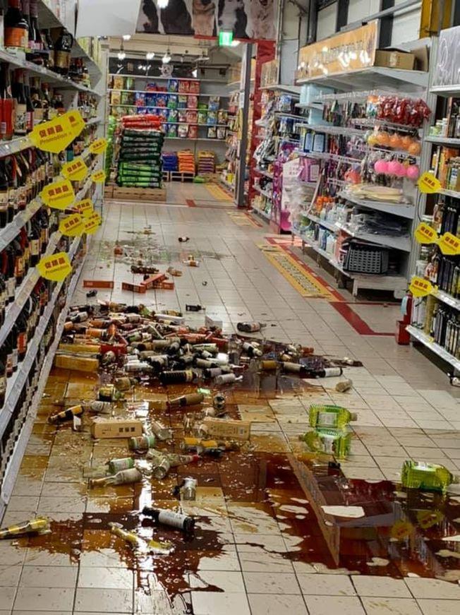 賣場貨架物品被震落,飲料流滿一地。(翻攝爆廢公社二館)