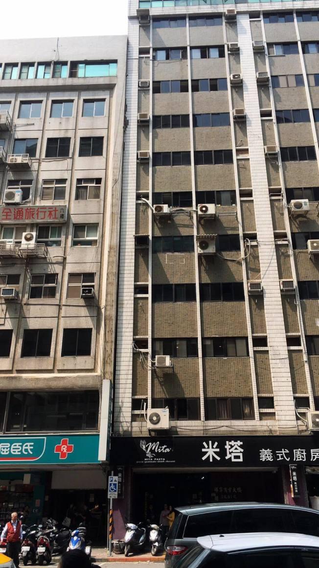 台北市長安東路二段某大樓驚傳傾斜。(記者蔡翼謙/翻攝)