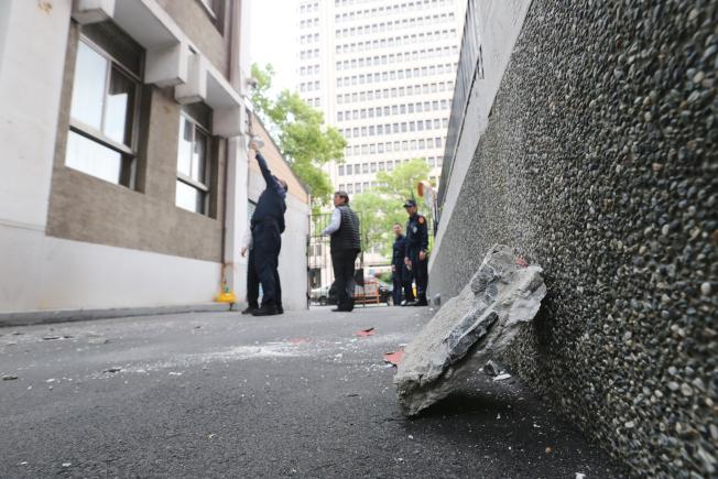 花蓮強震,強烈的搖晃讓立法院部分外牆石塊剝落,為防意外再度發生,立院駐衛警趕緊將落石地區封鎖,不讓人車進出。(記者許正宏/攝影)