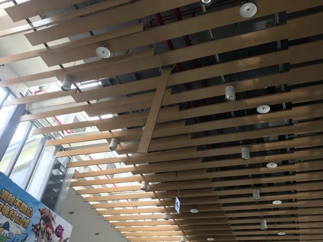 花蓮車站大廳天花板木板搖晃。(記者王思慧/攝影)