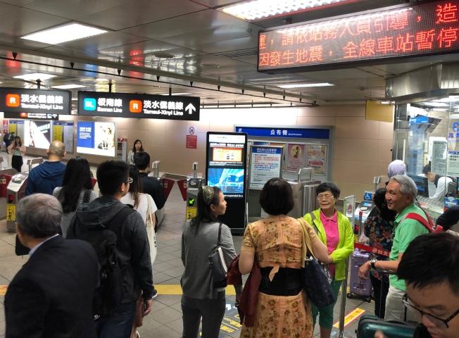 受花蓮發生發生規模6.1有感地震影響,台北捷運系統異常,全線目前暫停行駛,捷運站內不斷廣播,呼籲民眾改搭其它交通工具。(記者王騰毅/攝影)