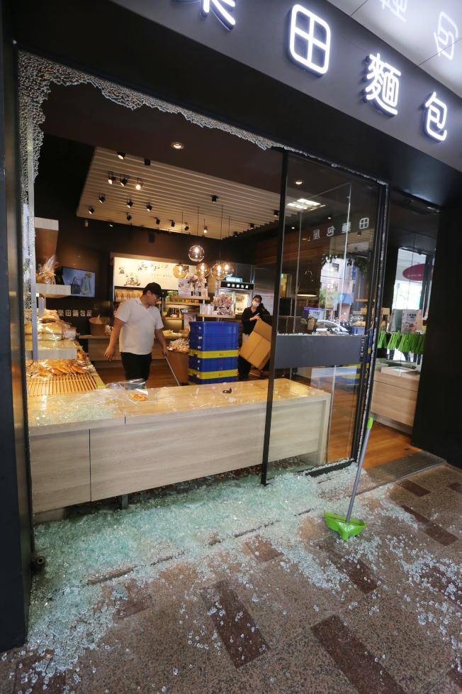 台北市和平東路三段、基隆路口的知名麵包店整面櫥窗玻璃被震碎。(記者曾學仁/攝影)