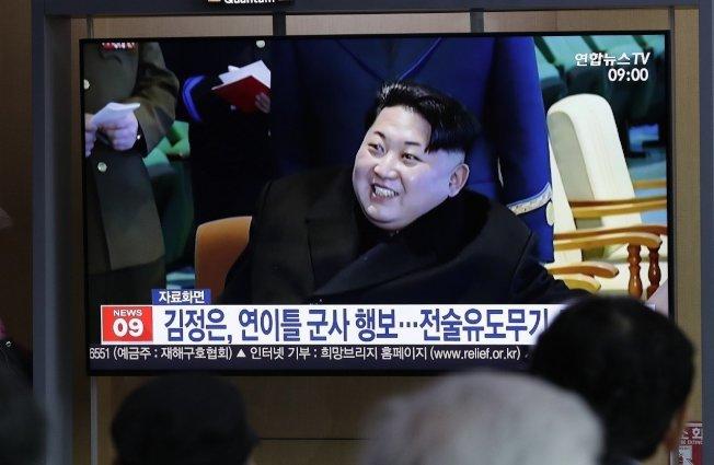 南韓民眾透過首爾火車站內的電視螢幕收看新聞報導北韓國家領導人金正恩「觀摩與指導新型戰術導引武器的試射」。專家認為此一武器是短程武器,通常用於戰場,並非足以威脅美國的飛彈。美聯社