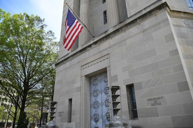 美國人等了兩年,即將看到穆勒報告。圖為鐵門深鎖的美國司法部大樓。(Getty Images)