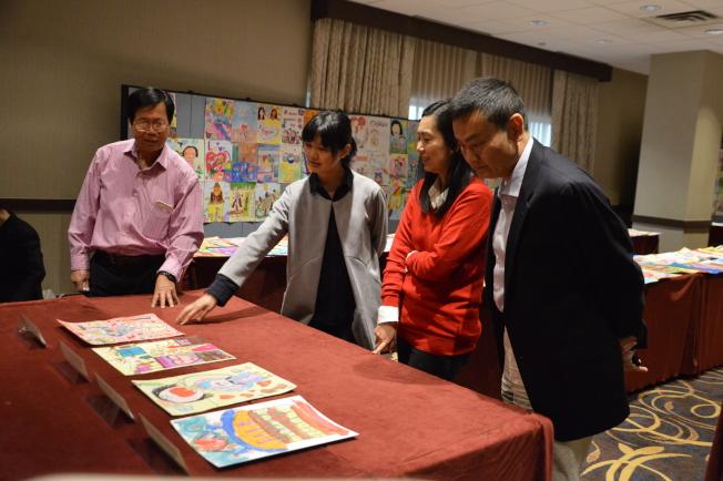 張哲雄(左一起)、何思瑋、李星瑤以及李久陽觀看參賽者作品。(記者牟蘭/攝影)