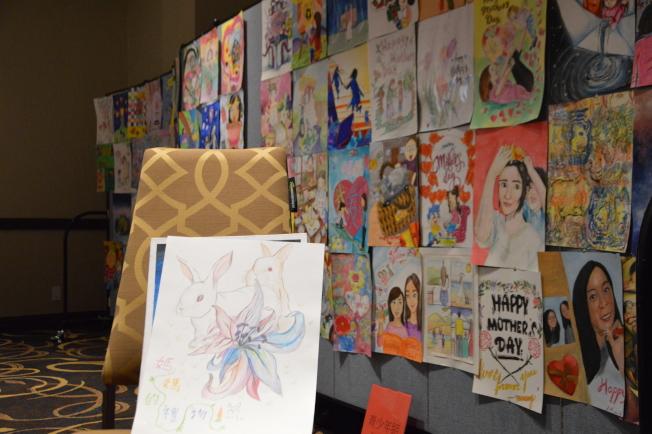 2019「給媽媽的禮物」繪畫比賽共收到超過700件來自全美12個州的參賽作品。(記者牟蘭/攝影)