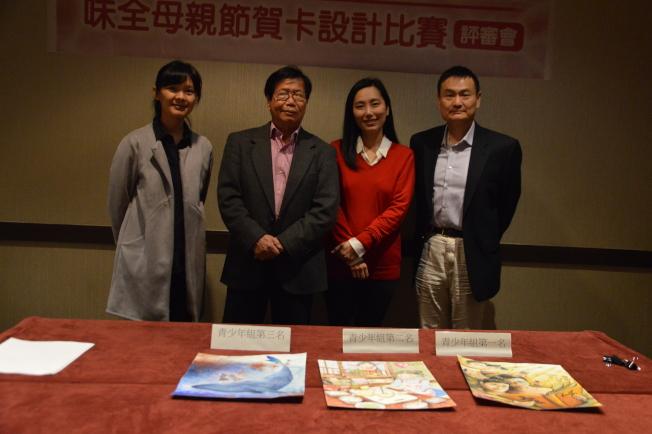 何思瑋(左一起)、張哲雄、李星瑤以及李久陽18日評選出20192019「給媽媽的禮物」獲獎作品。(記者牟蘭/攝影)