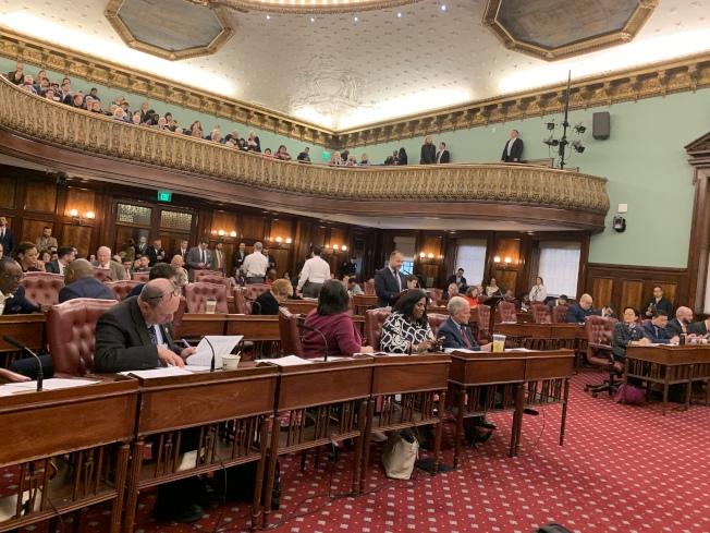 紐約市議會18日舉行全體會議,投票通過了涵蓋九項環保法案和兩項決議案的「環境動員法案包」。(記者和釗宇/攝影)