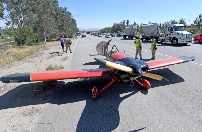 一架小型飛機因故障18日午後迫降215公路。(臉書)