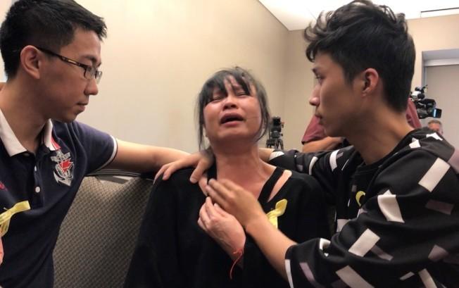 章瑩穎母親葉麗鳳(中)多次為女兒崩潰痛哭。(本報檔案照片)