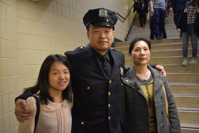 林振貴(中)希望能藉由從警,回饋社會、國家。(記者顏嘉瑩/攝影)