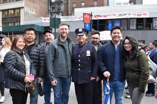 林莫娜(前排左三)的家人都支持她加入市警行列。(記者顏嘉瑩/攝影)