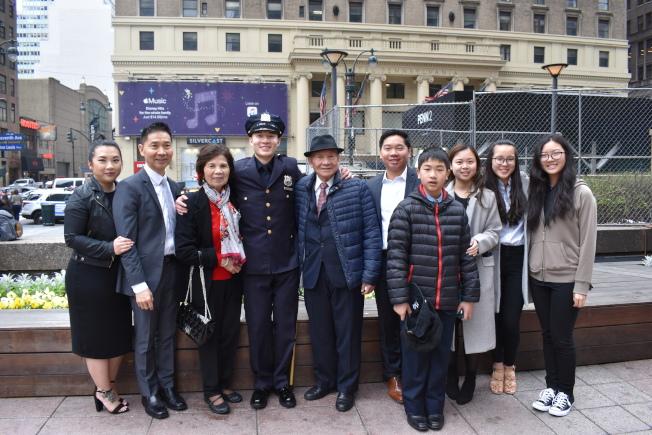 葉恆源(左四)加入警隊,不但實現自己的夢想,也為父親葉佳寶(左二)圓夢。(記者顏嘉瑩/攝影)