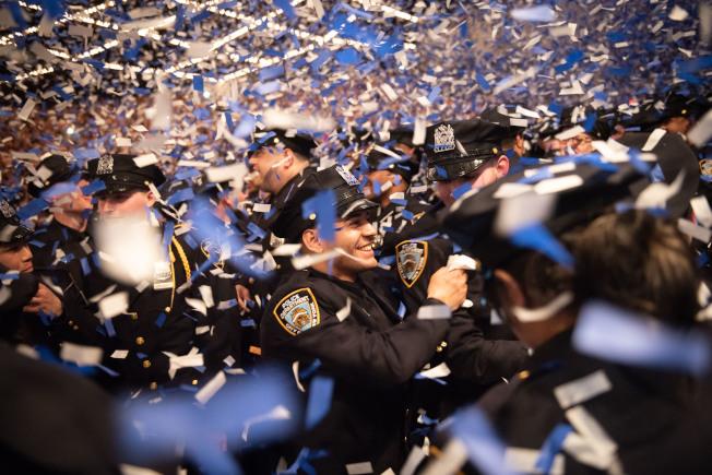 市警察學院畢業典禮18日在曼哈頓中城麥迪遜廣場花園(Madison Square Garden)舉行,共有457名警員畢業。(取自市長辦公室flickr)