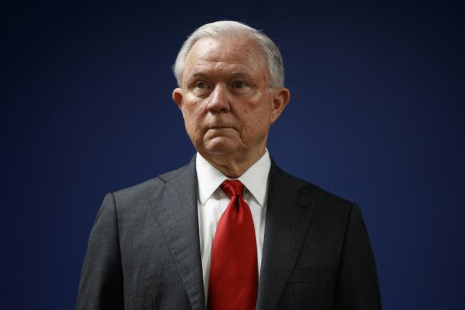 川普曾想開除特別檢察官穆勒,因幕僚未遵令行事,反而救了川普。圖為本案調查期間的司法部長塞辛斯。(美聯社)