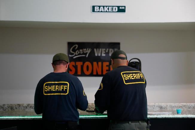 縣警去年3月搗毀一家位於康普頓的大麻店。(美聯社)