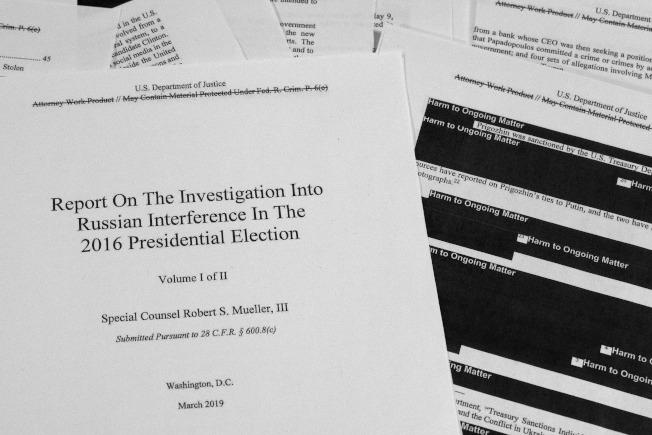 司法部長巴維理公布刪節版的穆勒報告,左下為封面,內容有上千處塗黑,有些甚至整段、整頁塗黑。(美聯社)