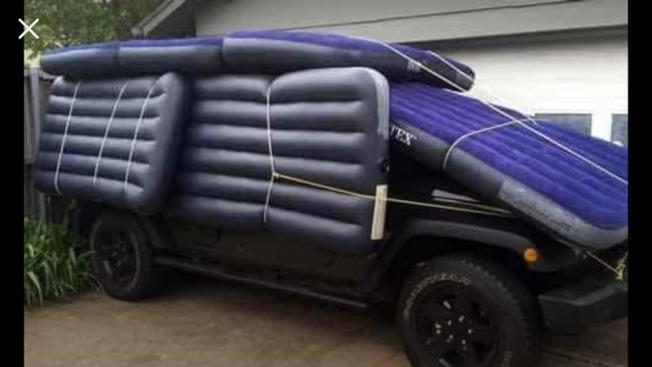 北德州發布冰雹警報,所幸最後沒有釀重大災情。但民眾紛紛在臉書上曬出用各式各樣保護車輛照片,網友們瘋狂轉載。(取自Fox 4電視台臉書)