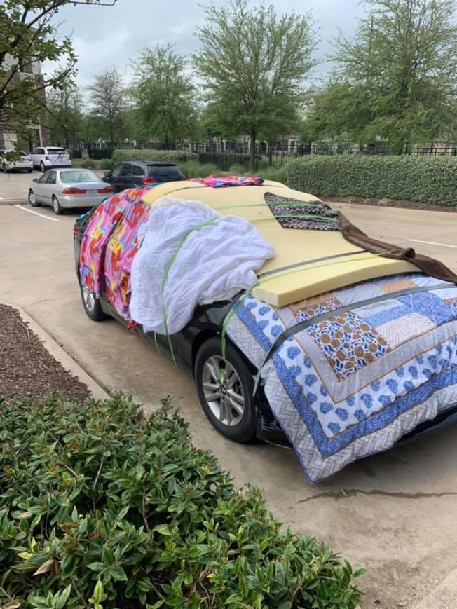 北德州發布冰雹警報後,民眾紛紛在臉書上曬出用各式各樣保護車輛照片,棉被和氣墊牀齊出,引來網友瘋狂轉載。(取自Fox 4電視台臉書)