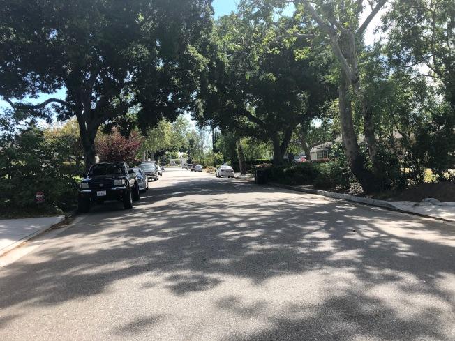 巴沙迪那西Grayburn路3600號街區一處民宅17日下午發生入室盜竊和槍擊。(記者張宏/攝影)