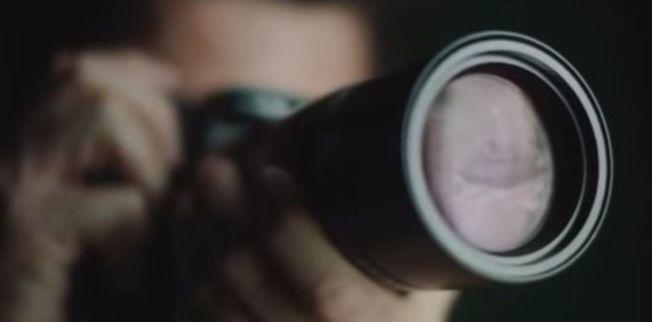 網上出現一部宣傳短片,一名記者拿著相機對窗外拍攝,鏡頭上赫見六四坦克人的身影,徠卡事後撇清,該影片並非官方委託且認可的宣傳影片。(視頻截圖)